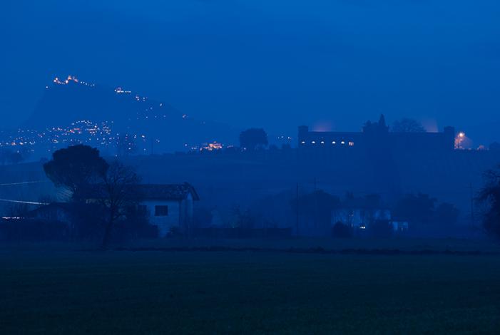 Castello di Ribano, sullo fondo San Marino
